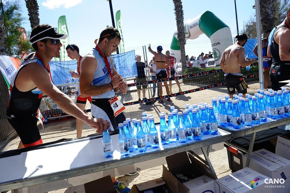 Agua de Benassal hidrata de forma natural a todos los deportistas del Trialtló del Marítim