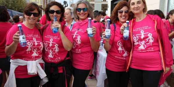 agua de benassal en la marcha contra el cáncer de mama